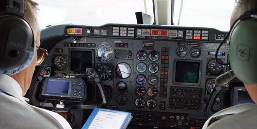 Práce v dvoučlenné posádce letadla.