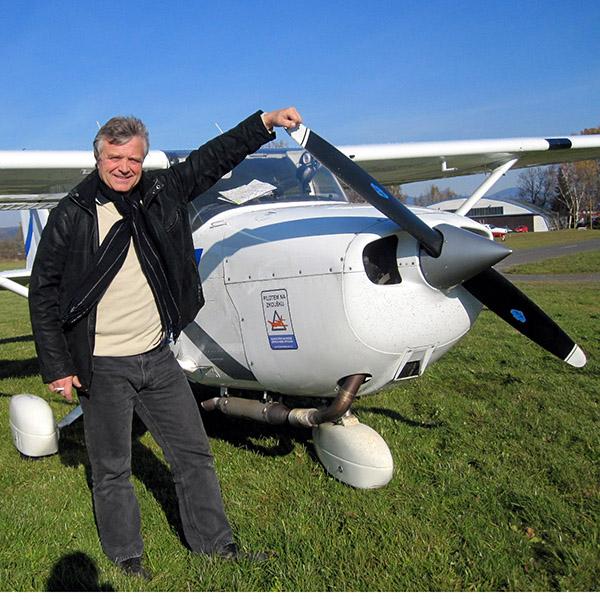 Pilot letadla před malým letadlem