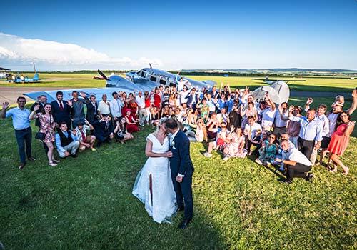 Svatba před letounem Beechcraft