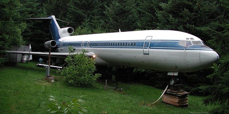 Letadlo zaparkované v lese